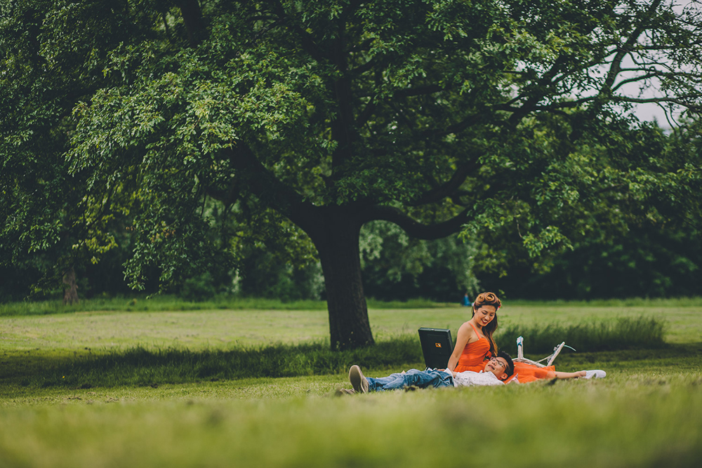 engagement shoot couple having picnic