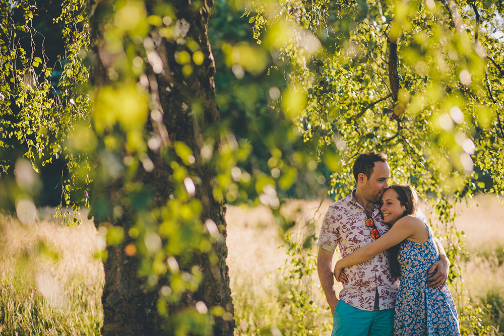 engagement shoot couple hugging