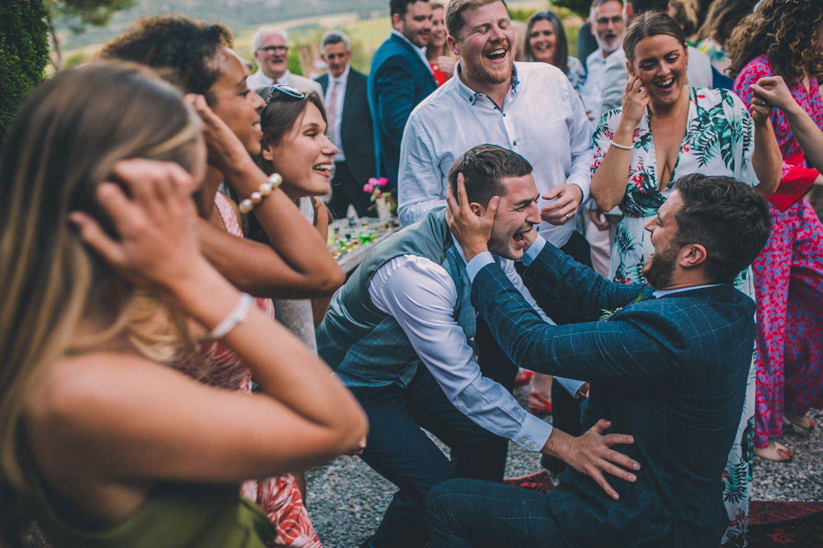 natural wedding photographer french wedding groomsmen laughing