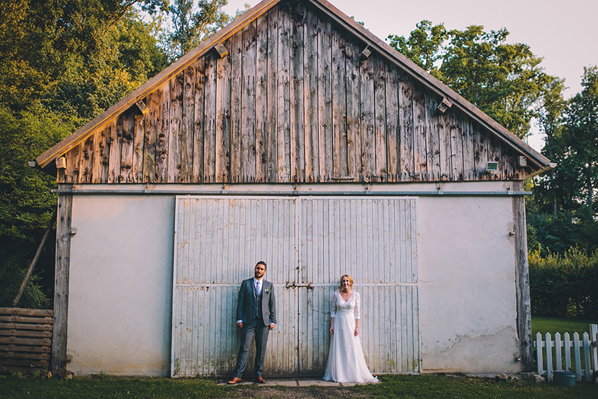 couple in front of barn french wedding photography