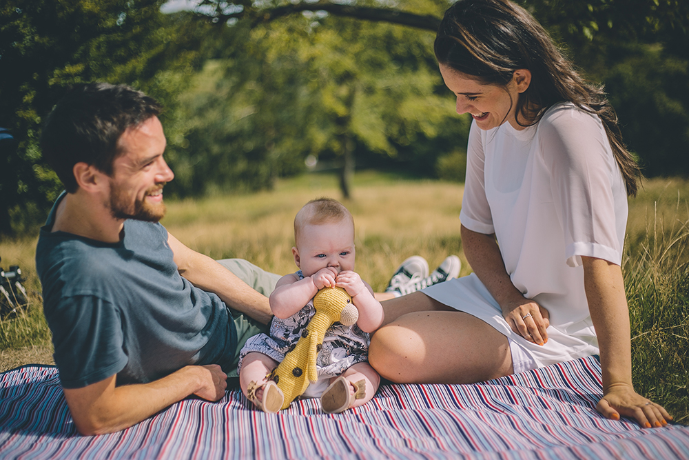 family photoshoot on picnic blanket