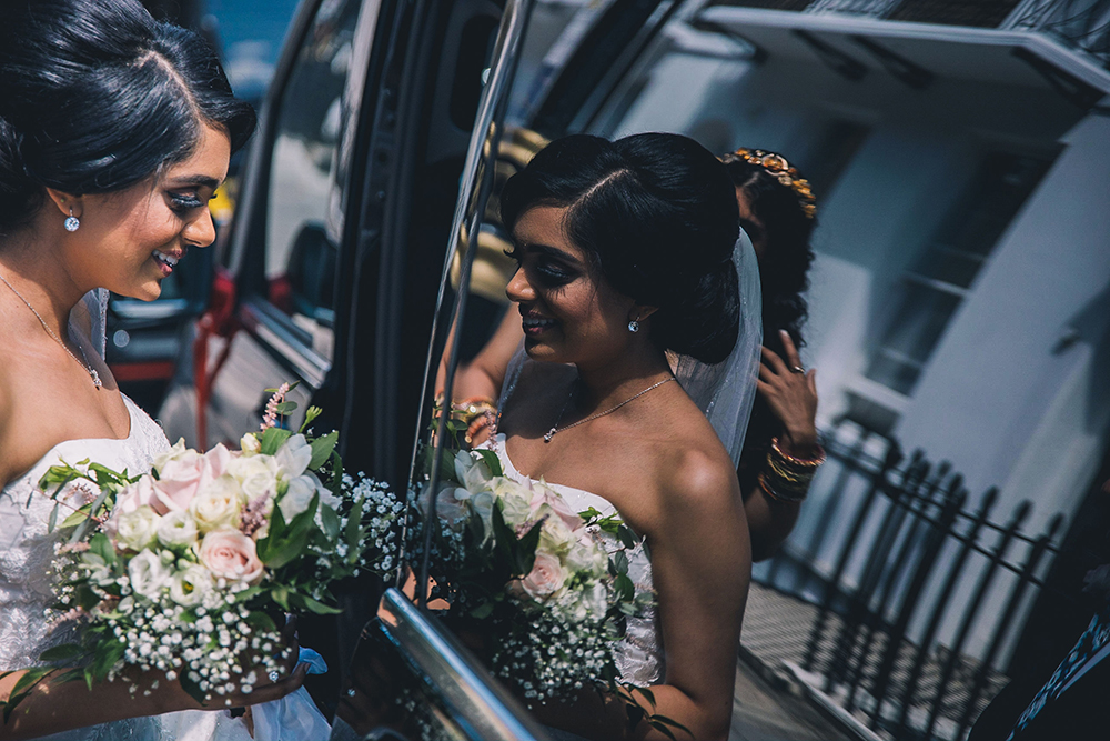 bride arrive in taxi